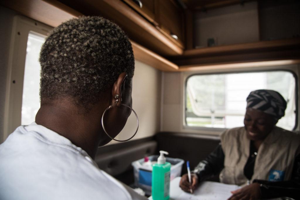 Photo d'une militante d'Afrique Avenir en entretien avec une femme